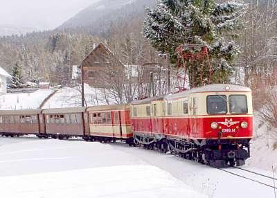 4. Vereinsfahrt: 1099 Doppeltraktion vor Wienerbruck, aus dem Zug  fotografiert!